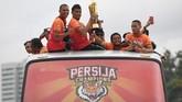 Para pemain Persija Jakarta dan seluruh tim ofisial diarak bak pahlawan oleh suporternya, The Jakmania. (ANTARA FOTO/Zabur Karuru)