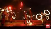 Pemain sirkus dari Oriental Circus Indonesia (OCI) melakukan atraksi saat gelaran The Great 50 Show di kawasan GBK, Jakarta (13/12). (CNN Indonesia/ Hesti Rika)