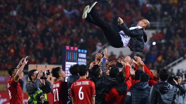 PelatihPark Hang-seo dilempar-lemapr skuat Vietnam usai menang 1-0 atas Malaysia. Piala AFF 2018 merupakan trofi pertama bagi Park Hang-seo di level timnas. Sebelumnya Hang-seo meraih trofi bersama klub Sangju Sangmu dan Changwon City. (Photo by Nhac NGUYEN / AFP)