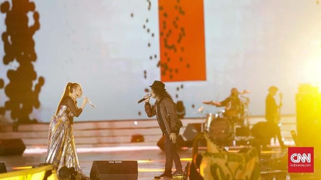 Pada malam kedua, HUT 17 Transmedia mengusung tema musik populer masa kini yang menampilkan sejumlah musisi besar di Indonesia, seperti Rossa dan Slank. (CNN Indonesia/Adhi Wicaksono.)