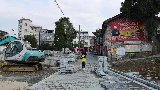 Pejabat daerahRuchengmenyulap desa miskin Shazhou sebagai proyekpariwisata wilayah setempat. Pejabat setempatmengklaim menghabiskan hanya sedikit anggaran untuk mempercantik Desa Shazhou menjadi museum terbuka. Pembangunan ini didedikasikan untuk Partai Komunis China. (REUTERS/Shu Zhang).