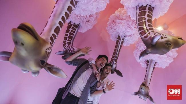 Wisata identik dengan kegiatan berfoto. Dan dalam rangka menyemarakkan tren sefie di Indonesia, pameran bertajuk 'HALUU: an Instagramable Exhibition' digelar di Plaza Indonesia, Jakarta, pada 15 Desember 2018 sampai 3 Maret 2019. (CNN Indonesia/ Hesti Rika)