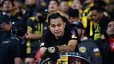 Suporter timnas Malaysia bersedih melihat tim kesayangannya gagal juara di Piala AFF 2018. Menurut Asosiasi Sepak Bola Malaysia, sekitar 6.000 suporter Harimau Malaya hadir di Stadion Nasional My Dinh. (Photo by Nhac NGUYEN / AFP)