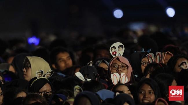 HUT 17 Transmedia yang dibuka untuk umum dan tanpa tiket masuk mengundang ribuan massa, baik dari fan para musisi maupun masyarakat sekitar. (CNN Indonesia/Adhi Wicaksono)