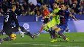Lionel Messi lalu mencatatkan namanya di menit ke-43. Messi menerobos lini pertahanan Levante dan melepaskan tembakan kaki kanan yang tak bisa dihalau kiper Levante, Oier Olazabal. (REUTERS/Heino Kalis)