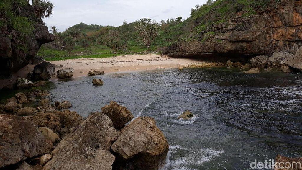 Foto: Pantai Toroudan Gunungkidul yang Tenang dan Tersembunyi