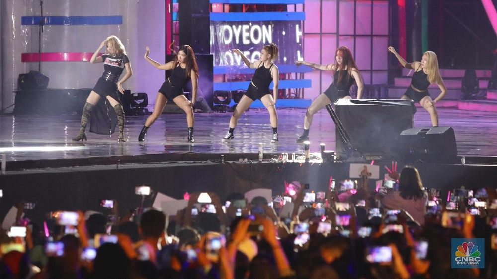 Anggota girlband asal Korea Selatan SNSD, Hyoyeon tampil dalam acara hari terakhir HUT Transmedia ke-17 di Trans City, BSD, Minggu (16/12/2018). (CNBC Indonesia/Andrean Kristianto)