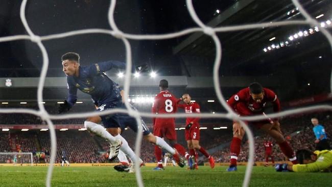 Jesse Lingard sempat mencetak gol penyama kedudukan di menit ke-33. Gol ini sempat memunculkan harapan Manchester United akan memberikan perlawanan sengit pada Liverpool. (REUTERS/Phil Noble)