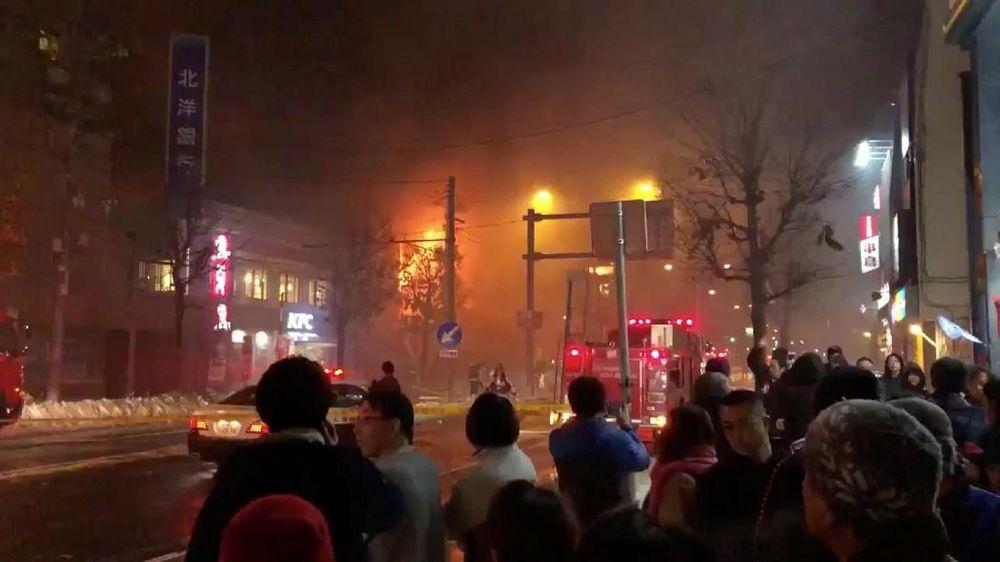 Sejumlah warga memadati lokasi terjadinya ledakandi sebuah bar di Sapporo, Jepang, Minggu (16/12/2018). Penyebab ledakan hingga saat ini belum diketahui, namun penduduk di sekitar tempat kejadian mencium bau gas menyengat selepas insiden tersebut. (KEITA TOYOSHIMA/melalui REUTERS)