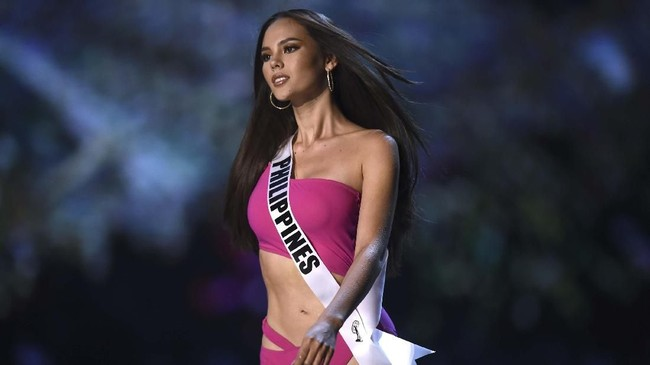 Mahkota kemenangan yang disematkan oleh Miss Universe 2017 Demi Leigh dari Afrika Selatan menjadi sebuah pertanda baginya untuk memulai perjalanannya sebagai Miss Universe 2018.(Lillian SUWANRUMPHA / AFP)