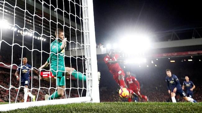 Sadio Mane berhasil membawa Liverpool unggul di menit ke-24. Mane lepas dari pengawasan lini belakang Manchester United dan melepaskan tembakan dari jarak dekat. (Reuters/Carl Recine).