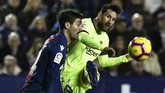 Lionel Messi mendapatkan pengawalan ketat dari pemain-pemain Levante. Namun ia masih mampu mencetak dua gol tambahan yang membuatnya mencetak hattrick di laga tersebut. (Photo by JOSE JORDAN / AFP)