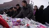Di hadapan patung Kim Il Jong-il dan pendiri Korut, Kim Il-sung, itu para warga menaruh bunga. (AFP Photo/Kim Won Jin)