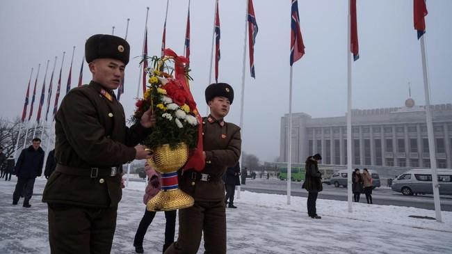Meski lebih menekankan pada kenangan Kim Jong-il, perayaan ini juga menandai kenaikan takhta Kim Jong-un. (AFP Photo/Kim Won Jin)