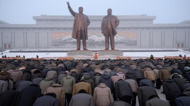 FOTO: Korut Peringati Tujuh Tahun Kematian Ayah Kim Jong-un