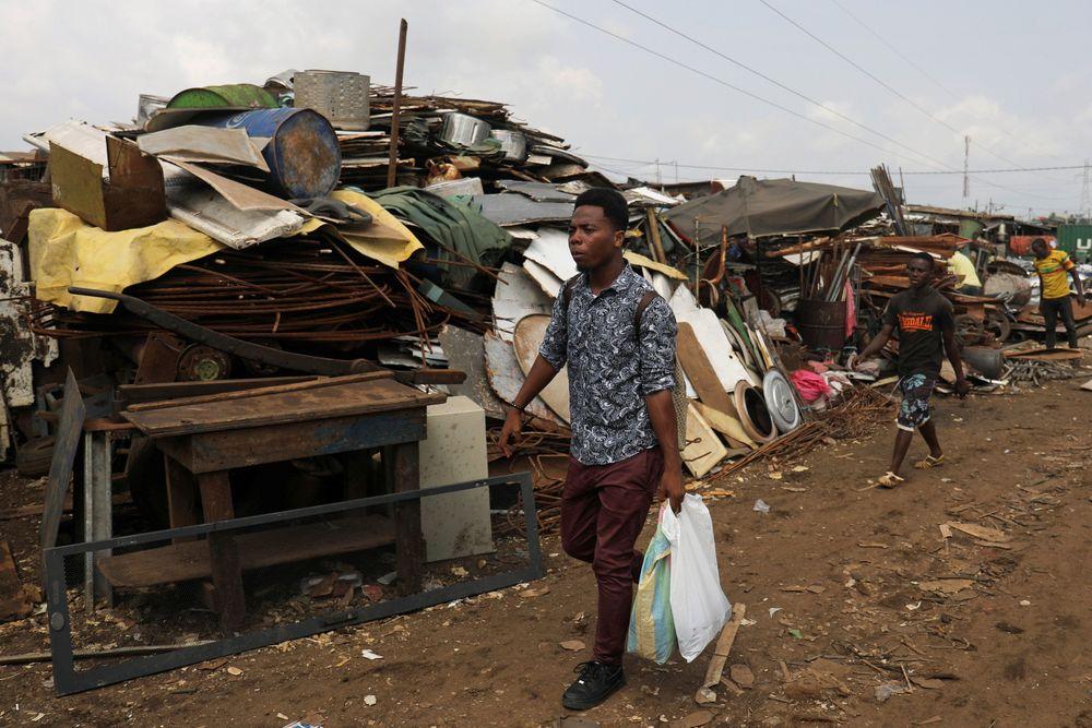 Desire Koffi, artis berusia 24 tahun, berjalan di area daur ulang untuk mencari ponsel bekas di Abidjan, Pantai Gading. Koffi sering berjalan melewati Koumassi, distrik populer di kota utama Pantai Gading Abidjan, untuk mengumpulkan ponsel lama yang ia beli dari orang-orang seharga 500 CFA Franc ($ 0,8726) sepasang. (REUTERS/Luc Gnago)