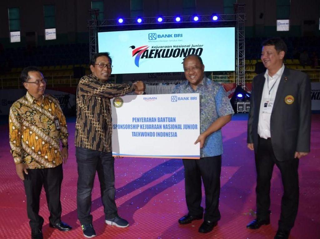Direktur Hubungan Kelembagaan Bank BRI Sis Apik Wijayanto memberikan bantuan berupa pembinaan berupa dukungan sebagai Prestige Partner kepada Pengurus Besar Taekwondo Indonesia. Foto: dok. BRI