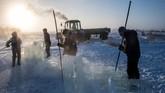 Faktanya, sejumlah desa di Yakutzk bergantung pada air dari balok es hampir sepanjang tahun. Menggali sumur terlalu mahal bagi orang-orang Yakutsk. Air keran di desa juga hanya cukup untuk 2,5 bulan dalam setahun. Berbagai faktor membuat balok es menjadi sumber air minum paling memungkinkan bagi warga Yakutsk. (Photo by Mladen ANTONOV/AFP)