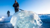 Berburu air dari danau yang membeku bukan pekerjaan mudah. Pekerjaan itu membutuhkan stamina fisik yang kuat. Belum lagi jika ketebalan balok es mencapai 50 sentimeter.