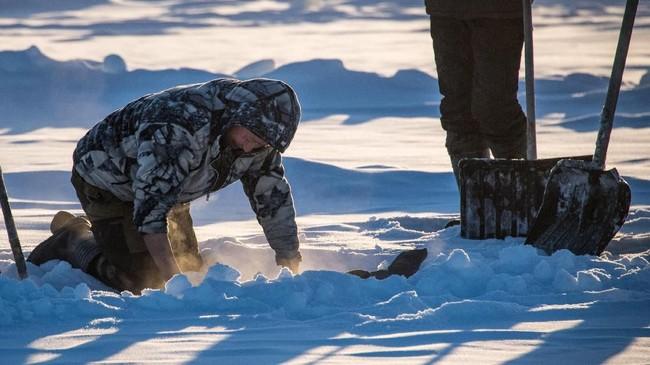 Kondisi seperti itu membuat orang-orang Sakha--panggilan bagi para penduduk Yakutsk--kerap bergantung pada danau yang membeku untuk memenuhi kebutuhan airnya. (Photo by Mladen ANTONOV/AFP)