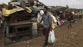 Desire Koffi, 24, kerap terlihat berjalan di distrik Abidjan, Pantai Gading, untuk mencari dan membeli ponsel-ponsel bekas. (REUTERS/Luc Gnago)