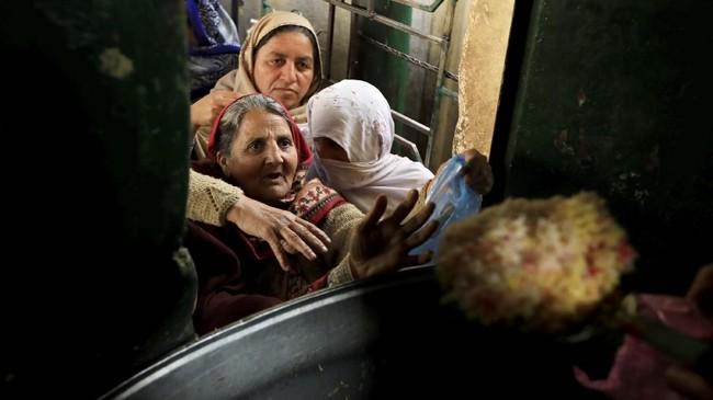Inflasi Pakistan diperkirakan meningkat karena pelemahan mata uang. (REUTERS/Faisal Mahmood).