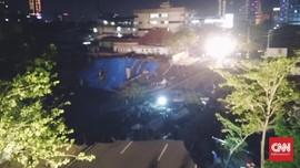 Polisi dan Tagana Evakuasi Cari Korban Amblas di Jalan Gubeng