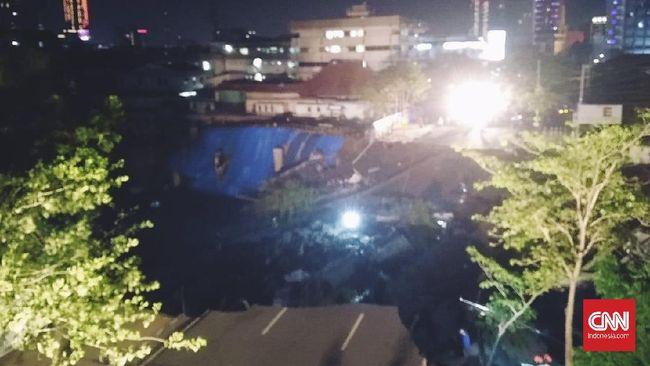 Jalan Raya Gubeng Surabaya Amblas 8 Meter, Tak Ada Korban