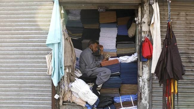 Pakistan telah mengalami depresiasi mata uang yang akan memperlambat konsumsi domestik dan investasi. (REUTERS/Akhtar Soomro).