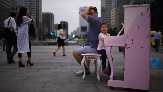 Sejak 2005, pemerintah telah menghabiskan dana sebesar US$121 miliar untuk meningkatkan angka kelahiran melalui kampanye. Tujuannya untuk mendorong lebih banyak anak muda menikah dan bereproduksi. Namun, usaha itu tak membuahkan hasil memuaskan.(Photo by Ed JONES/AFP)