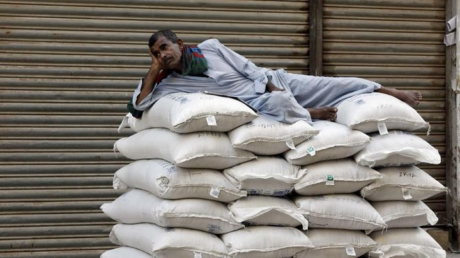 Unit Intelijen Ekonomi melaporkan ekonomi Pakistan dibayangi keseimbangan pembayaran defisit, sehingga memangkas belanja pembangunan, pengetatan moneter. (REUTERS/Akhtar Soomro TPX IMAGES OF THE DAY).