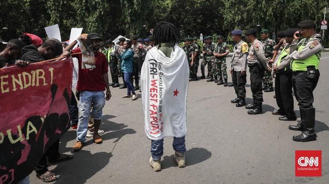 Trikora yang diperingati massa aktivis Papua itu adalah operasi militer yang dilakukan pada era Kepresidenan Soekarno untuk menggabungkan Papua bagian barat dengan Indonesia. (CNNIndonesia/Safir Makki)