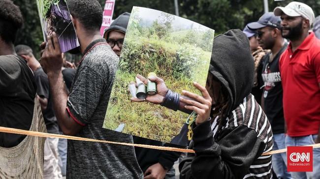 Aksi massa aktivis Papua yang dilanjutkan di depan kantor Komnas HAM pun dilakukan diluar. Pasalnya, pagar kantor komisi tersebut ditutupi ketika massa datang sekitar pukul 13.00 WIB. (CNNIndonesia/Safir Makki)