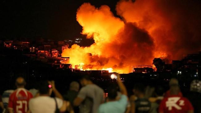 Kebakaran besar-besaran melalap sekitar 600 rumah kayu yang didirikan di bantaran sungai Amazon di Brasil pada Selasa (18/12). (Reuters/Bruno Kelly)