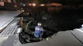 Jalan Gubeng Amblas Diduga karena Proyek Basement RS Siloam