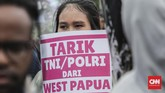 Mereka menuntut penghentian pembantaian rakyat sipil di Nduga, tarik TNI-Polri dari seluruh tanah Papua, dan meminta hak penentuan nasib sendiri sebagai solusi demokratis bagi rakyat Papua. (CNNIndonesia/Safir Makki)