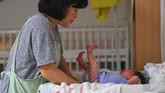 Akibatnya, sebagian besar wanita di Korsel menunda perkawinan dan memiliki momongan. Penundaan itu secara otomatis mendorong angka kelahiran di Negeri Ginseng kian merosot. (Photo by Jung Yeon-je/AFP)