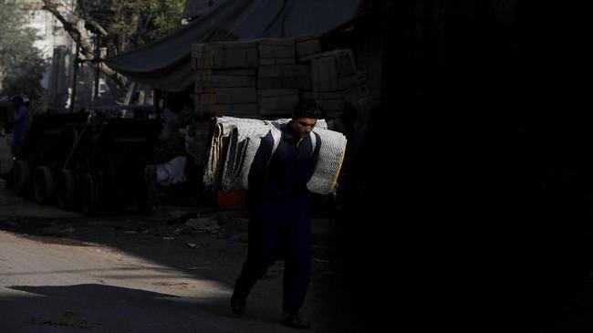 Laporan IMF memperkirakan pertumbuhan konsumsi swasta dan pemerintah Pakistan akan melambat.(REUTERS/Akhtar Soomro).