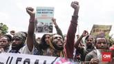Aktivis Papua itu semula melakukan aksi di depan Monas dan bermaksud melanjutkan di depan Mabes TNI AD. Namun, menuju tempat kedua mereka diadang aparat gabungan TNI-Polri sehingga massa mengalihkan tujuan mereka untuk melakukan aksi di depan kantor Komnas HAM. (CNNIndonesia/Safir Makki)