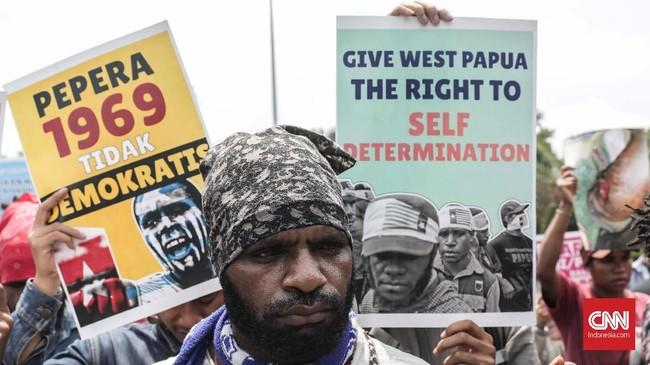 Dalam aksi memperingati Trikora, massa aktivis Papuamenuntut penghentian pembantaian rakyat sipil di Nduga, tarik TNI-Polri dari seluruh tanah Papua, dan meminta hak penentuan nasib sendiri sebagai solusi demokratis bagi rakyat Papua. (CNNIndonesia/Safir Makki)
