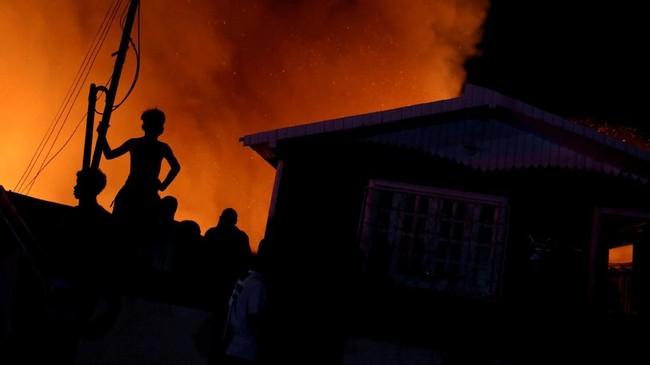 Meski 100 personel pemadam kebakaran sudah dikerahkan, kesulitan akses tetap membuat mereka sulit bergerak. (Reuters/Bruno Kelly)