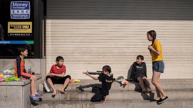 Nilai budaya patriarki masih tertanam di Korsel. Meski hampir 85 persen pria Korsel mendukung gagasanwanita bekerja, namun setengah darinya tak mendukung konsep istri bekerja. (Photo by Ed JONES/AFP)