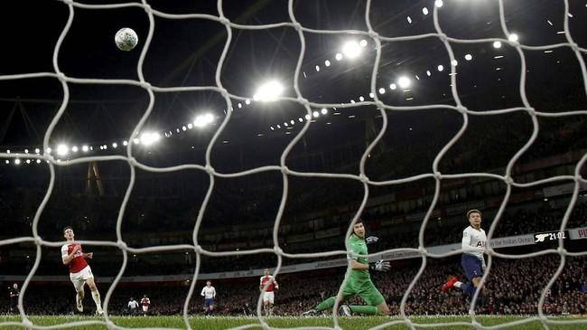 Namun yang kemudian berhasil mencetak gol justru Dele Alli di menit ke-59. Tendangan cungkil Dele Alli berhasil menaklukkan Petr Cech. (Reuters/Andrew Couldridge)