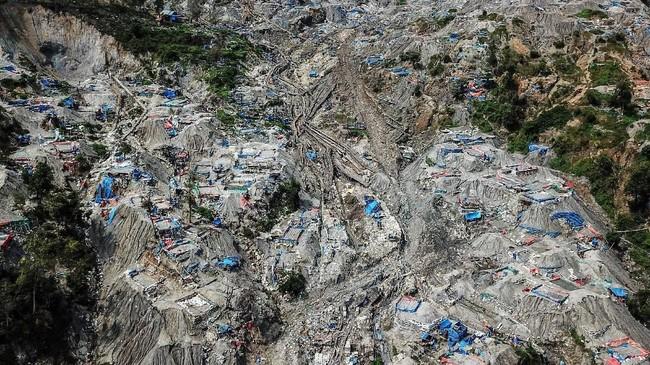 Foto udara areal tempat penambangan emas ilegal yang ditutup pihak keamanan setempat di Gunung Botak. (ANTARA FOTO/Rivan Awal Lingga)
