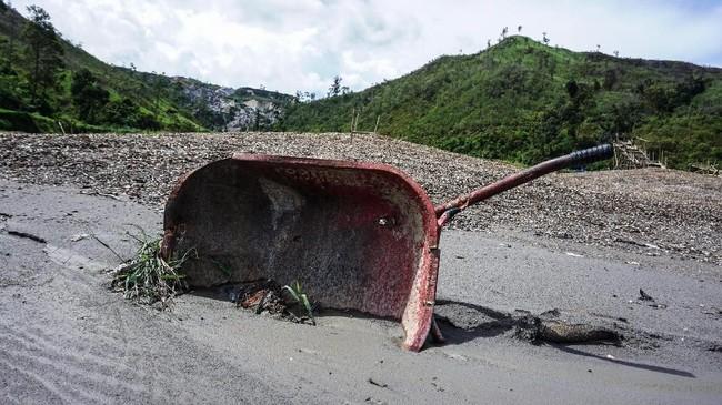 Troli bekas aktivitas penambangan emas ilegal di Gunung Botak. (ANTARA FOTO/Rivan Awal Lingga)
