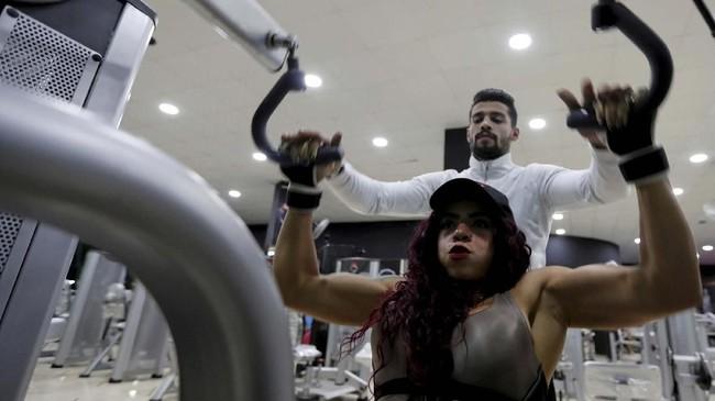 Sayangnya, tak ada pelatih khusus binaragawan wanita di Mesir. Mau tak mau, dia harus berhijrah ke Ukraina demi mencapai mimpinya. (REUTERS/Amr Abdallah Dalsh)