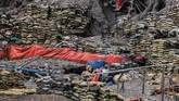 Karung berisi pasir limbah merkuri dan sianida di Gunung Botak. ANTARA FOTO/Rivan Awal Lingga