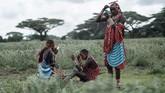 Prajurit Maasai mempersiapkan rias wajah sebelum mengikuti Olimpiade Maasai di Kimana, dekat perbatasan Kenya-Tanzania. Olimpiade ini adalah usulan kelompok konservasi internasional sebagai alternatif untuk tidak membunuh singa, suatu ritual akil balig Maasai. (Photo by Yasuyoshi CHIBA / AFP)