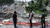 Personel kepolisian dan TNI berjaga di tempat penambangan emas ilegal yang ditutup di Gunung Botak, Pulau Buru. Gunung itu kini kondisinya memprihatinkankarena alamnya yang rusak olehkeserakahan puluhan ribu penambang emasilegal.(ANTARA FOTO/Rivan Awal Lingga)