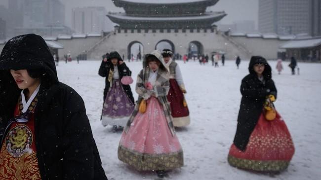 Korea Selatan memiliki empat musim. Musim dingin berlangsung pada bulan Desember sampai Februari, sementara musim panas pada bulan Juni sampai Agustus.